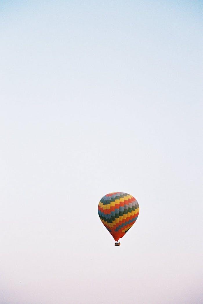 Enterrement de vie de jeune fille original idée evjf tenue evjf chic et romantique vol en ballon magnifique vue