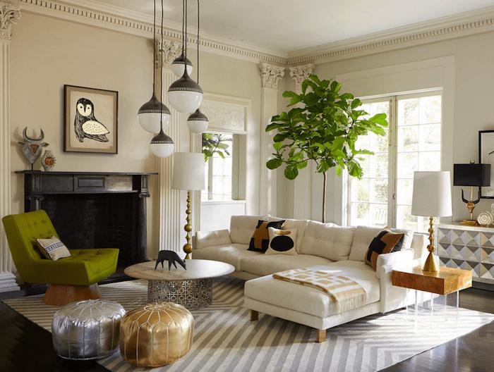 Déco salon cocooning tapis à motif géométrique blanc et gris décorer son salon comment décorer son salon grande plante verte