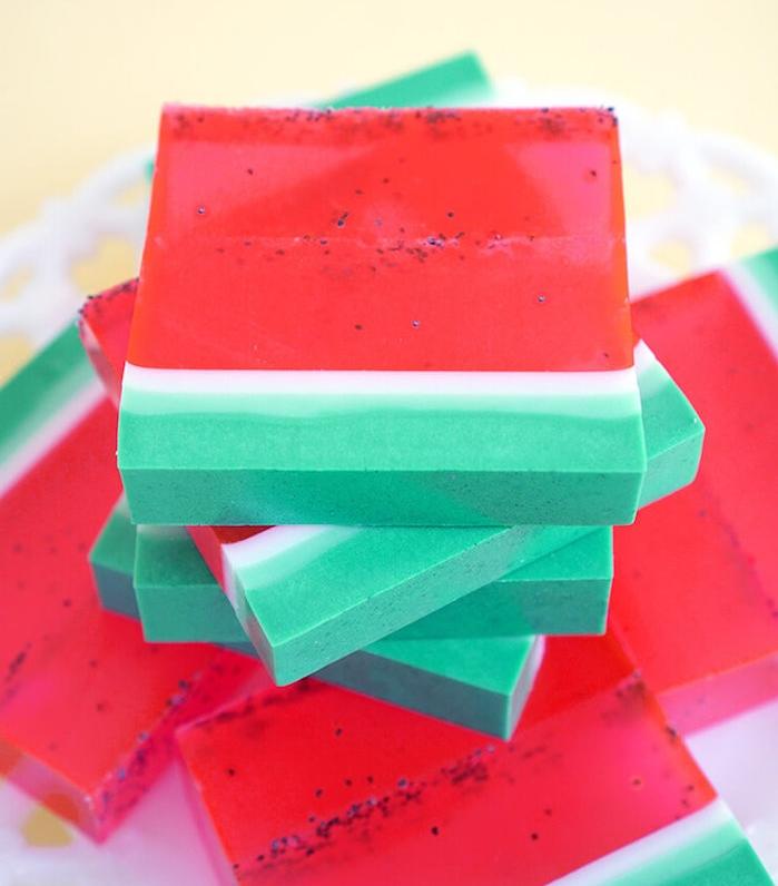 fabrication du savon en forme de pasteque avec une couche verte, blanche et rouge et des graines
