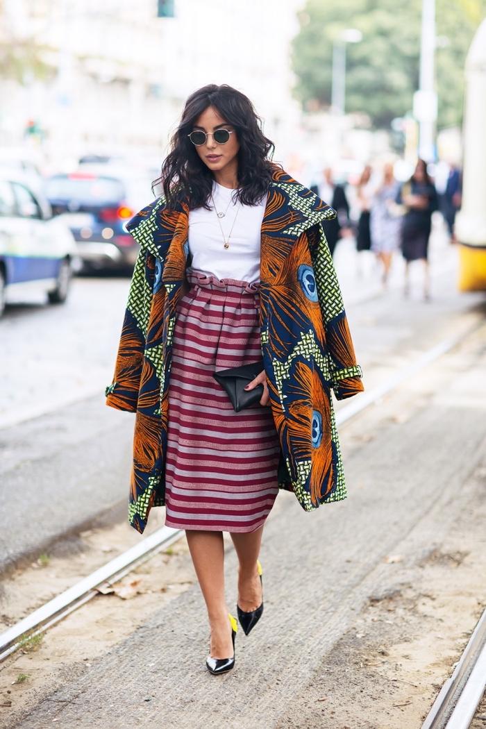 manteau chic en tissu wax vert orange à motif paon qui s'associe harmonieusement avec les rayures rose de la jupe taille haute