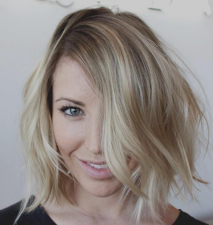 boucles sur cheveux blond mi long, carré déstructué façon sauvage, maquillage nude simple