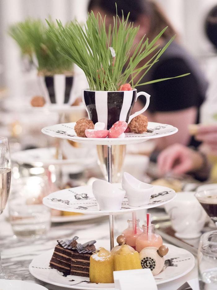 Deco a faire soi meme diy anniversaire decoration de table pour anniversaire Alice aux pays des merveilles table de gateaux en étages