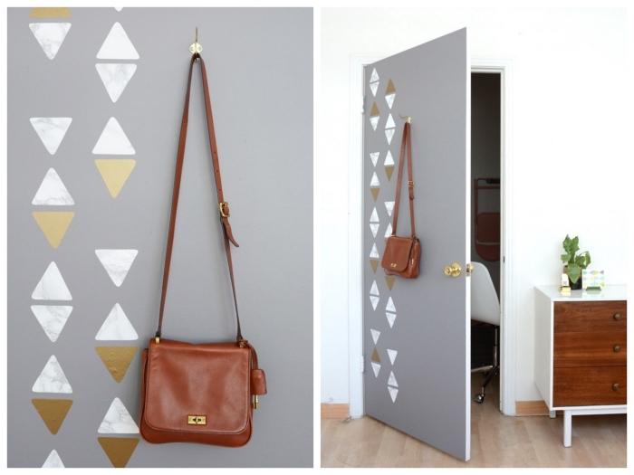 decoration de porte avec de petits triangles réalisés avec du papier adhésif marbre et or