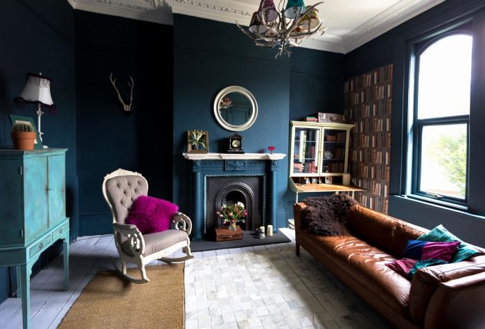 peinture bleu pétrole qui donne de la profondeur au petit salon vintage, salon aux murs peints bleu pétrole, sublimé par des touches de turquoise et fuchsia