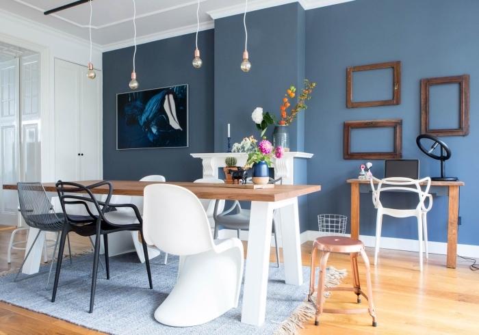 salon avec salle à manger qui associe le bleu, le blanc et le bois pour un style qui rappelle l'ambiance du salon scandinave