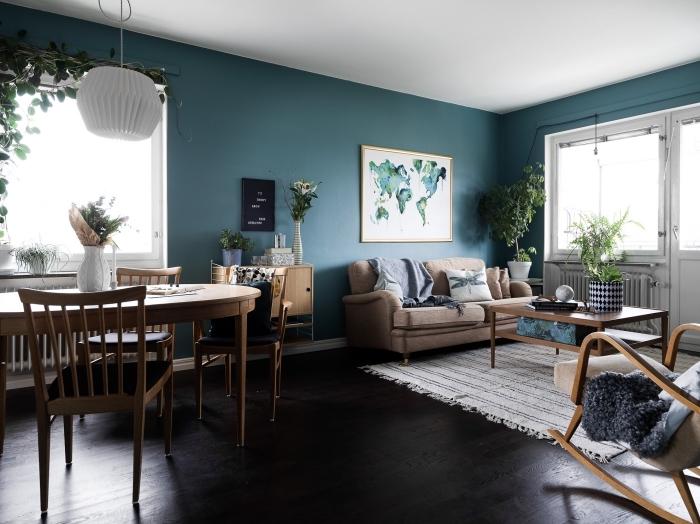 un salon couleur bleu canard avec des accents déco nature pour un intérieur qui respire la sérénité