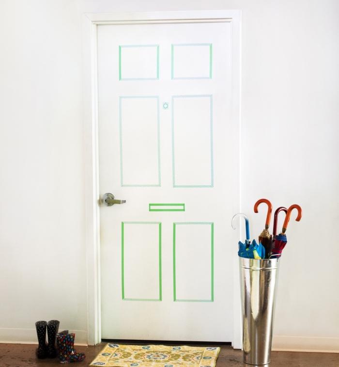 une décoration de porte originale de fausses moulures réalisées avec des bandes de masking tape vert