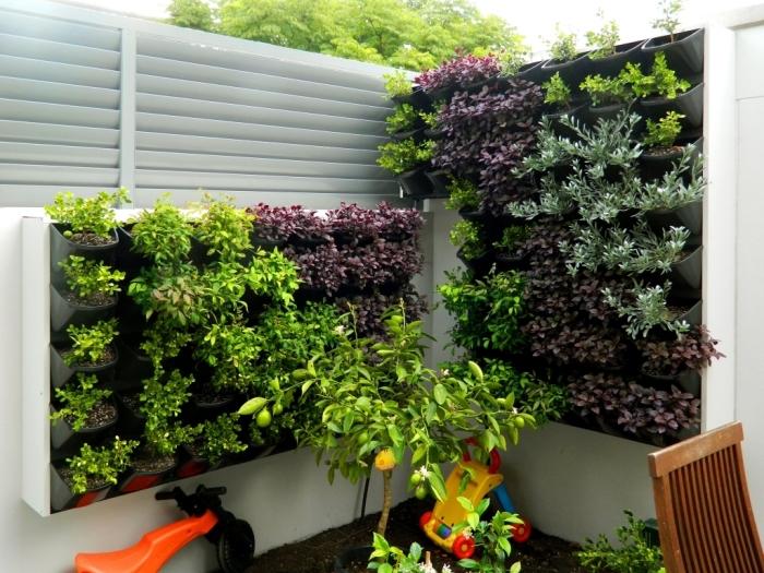 un mur végétalisé sur mesure avec modules en plastique et un système d'arrosage automatique pour maintenir un jardin verical extérieur toute l'année