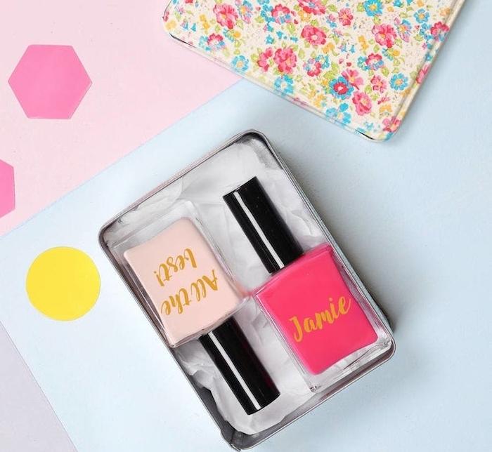 boîte à motifs floraux avec des vernis à ongles à l intérieur, couleurs rose, kit beauté cadeau amie ou soeur original