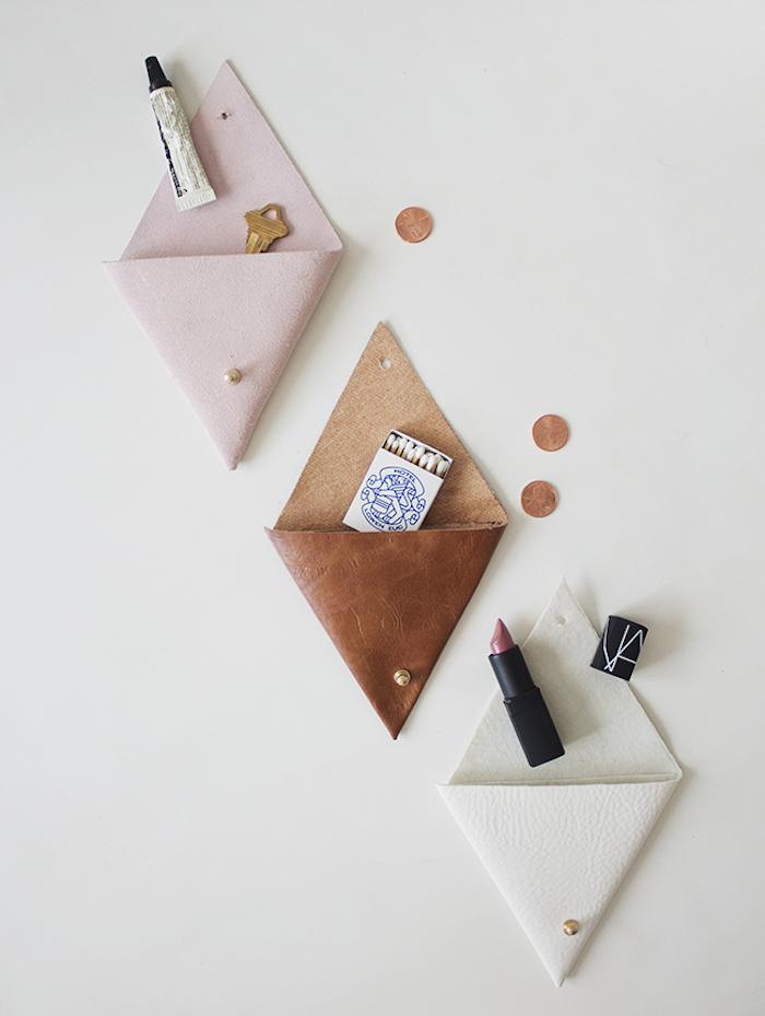 diy porte monnaie à faire soi meme en cuir avec un pliage en triangle, idée cadeau soeur facile à faire