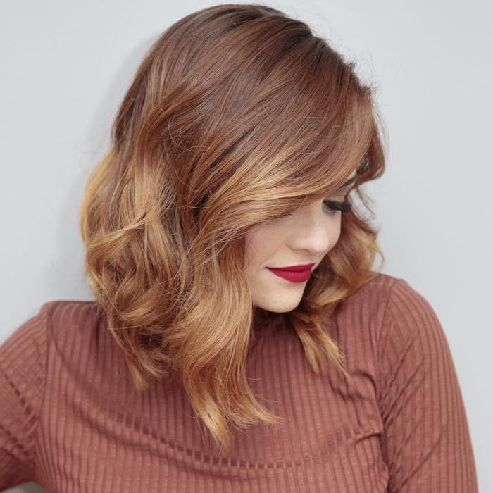 carré plongeant visage rond avec de diverses longueurs, cheveux coloration rousse et boucles romantiques
