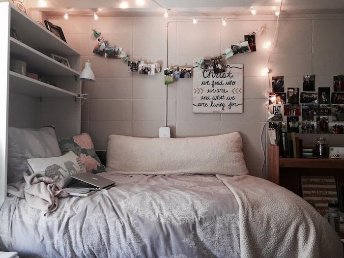 Guirlande lumineuse et une guirlande de photos, déco murale tumblr inspirée, idee deco chambre adulte, amenagement petite chambre tendance