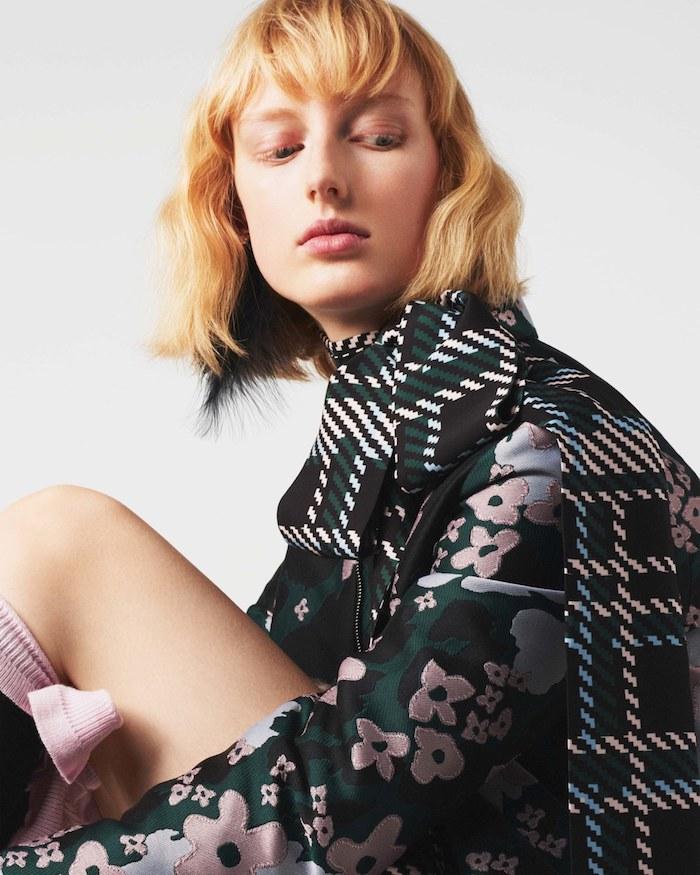 exemple de coupe carré avec frange et des ondulations dans cheveux blond clair, tenue femme original