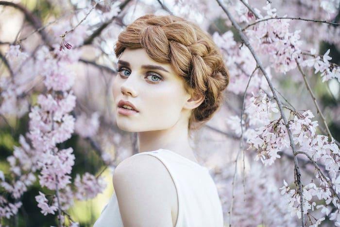 couronne tresse volumineuse, exemple de tresse slave, femme cheveux blond foncé, des yeux bleus, coiffure de mariée
