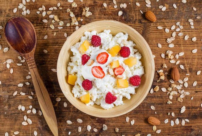 frommage cottage au lait et fruits frais, idée de recette hyperprotéiné et super simple a preparer