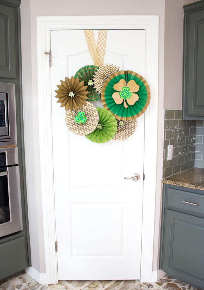 decoration de porte pour le jour de saint patrick en marron et vert, cuisine en gris et blanc moderne
