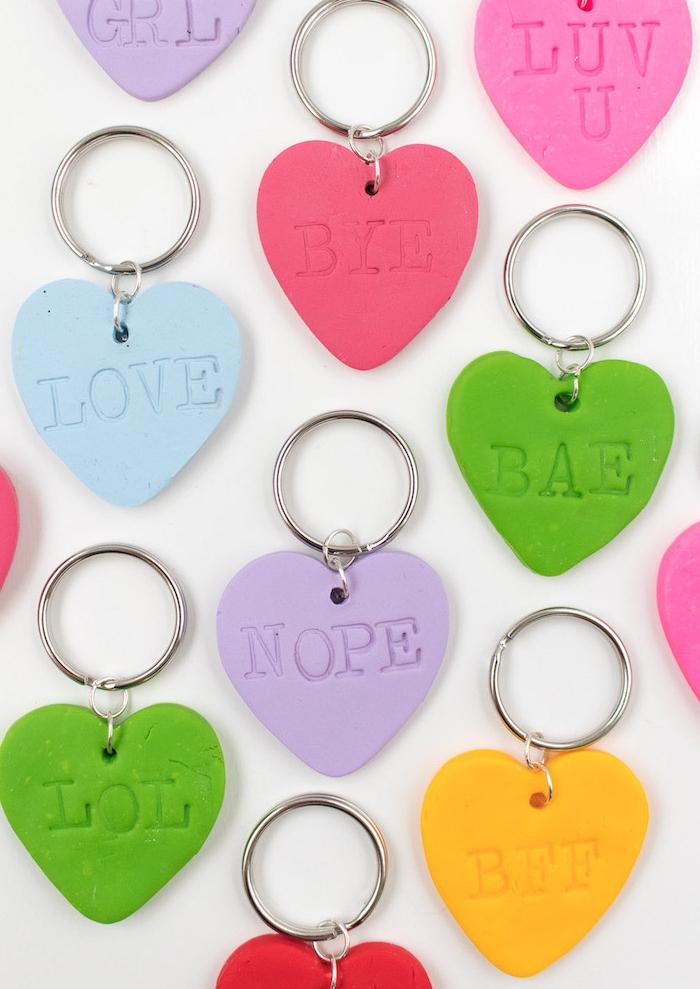 porte clé en pate fimo en forme de coeur avec des lettres empreintes dessus, cadeau pour soeur ou meilleure amie a faire soi meme