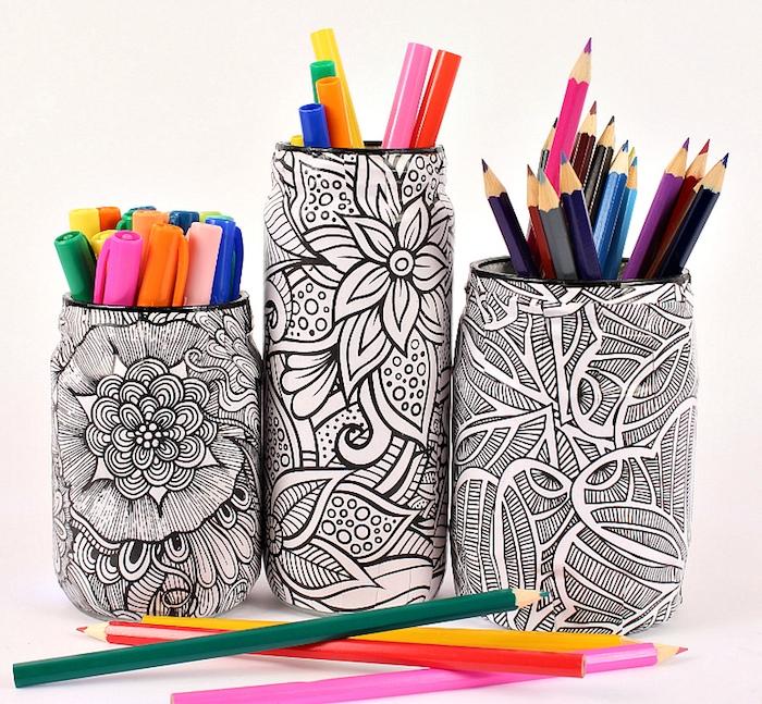 pot à crayon diy, pot en verre enveloppé de papier à motif mandala à colorier, idee cadeau copine original
