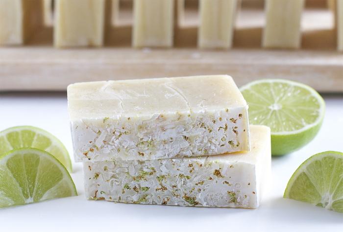 savon au noix de coco et citron vert, activité manuelle été pour ado et adulte, savon maison à offrir comme cadeau diy