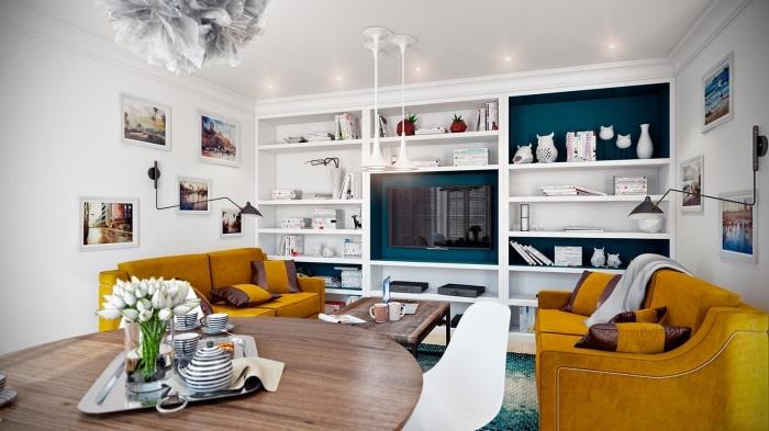 ambiance sereine dans un salon blanc dynamisé par des touches de bleu paon et de jaune moutarde