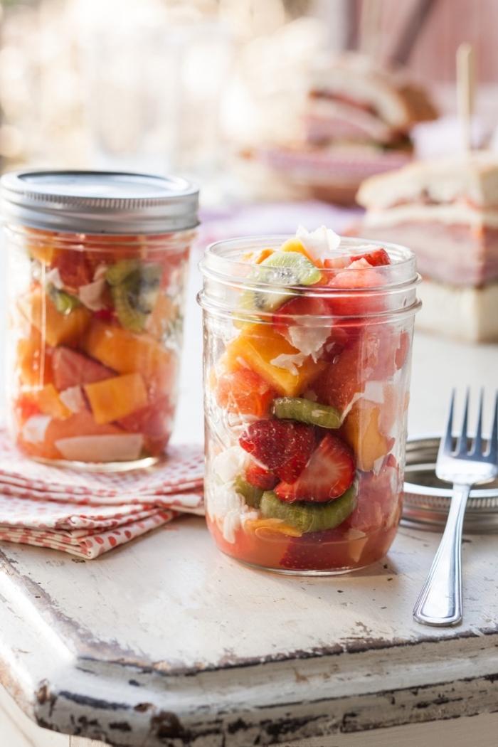 un simple dessert healthy de salade été en bocal, salalde fraîcheur d'agrumes, kiwi, fraises et noix de coco