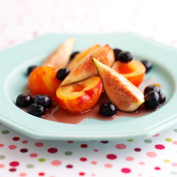 recette de sirop pour salade de fruits, à la cannelle et au citron, salade d'été aux pêches, figues et myrtilles, parfumée à la cannelle