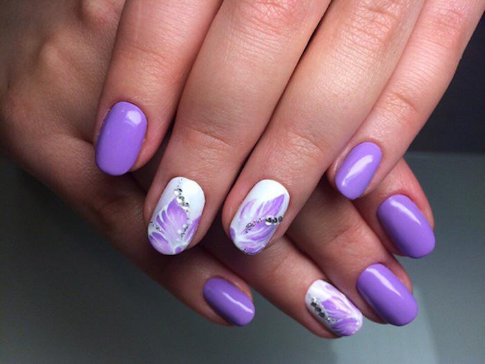 Choette idée de modele ongle nail art violet avec fleur dessin, deco ongle gel, photo ongle art, manucure photo belle