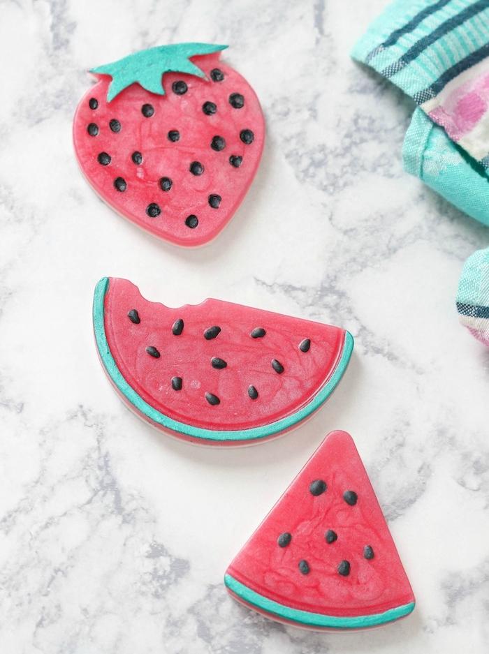 comment faire son savon à motif pastèque ou fraise avec colorant rouge et dessins au poudre