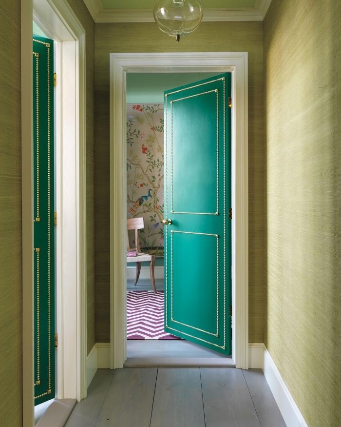 une élégante porte de chambre cloutée qui dans l'ambiance vintage de l'appartement, comment décorer une porte avec des clous tapissiers