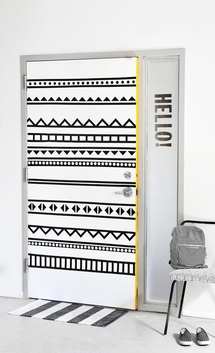 design intérieur moderne de style scandinave avec une décoration de porte en ruban adhésif aux motifs géométriques