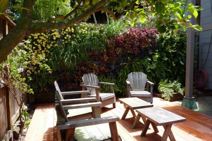 un jardin vertical luxuriant dans la cour intérieure qui agit comme cloture vegetale et coin refraîchissant