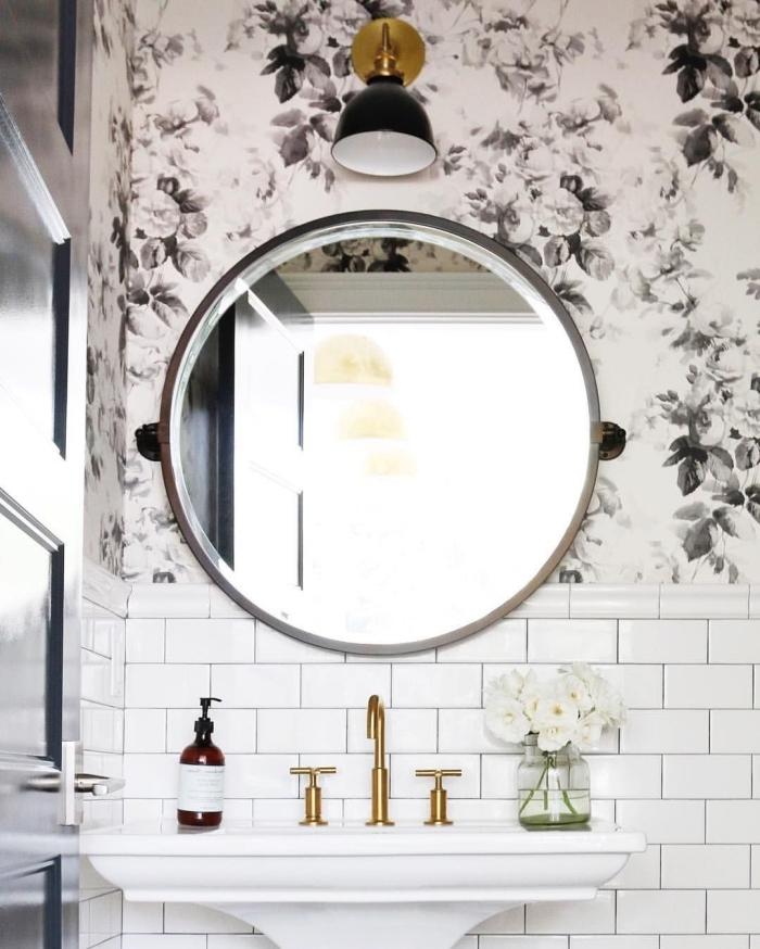 pose papier peint dans la salle de bains au-dessus deu lavabo, une petite salle de bains moderne associant du carrelage métro avec du papier peint à motif floral tendance