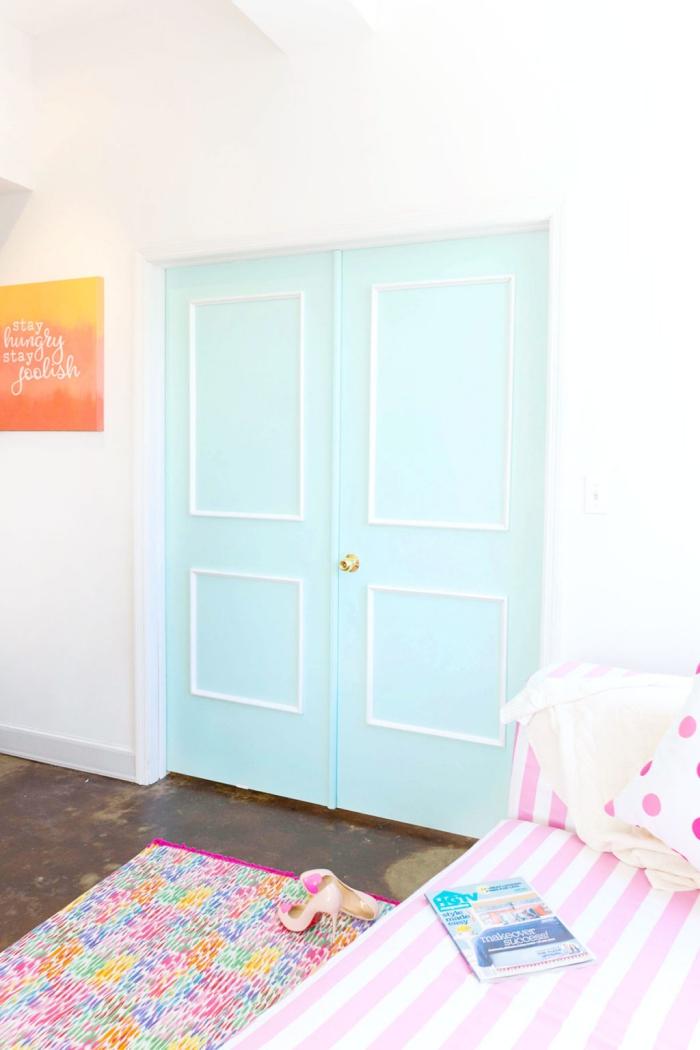 habillage de porte intérieure bleu pastel avec des moulures baguettes blanches, déco de salon féminine en tons pastel