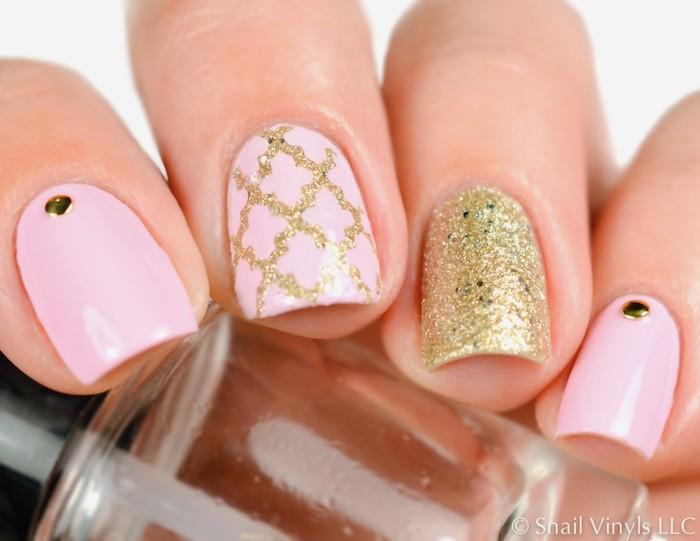 Modele ongle gel rose et doré, idée manucure mignonne, modele ongle nail art en gel, exemple deco ongles