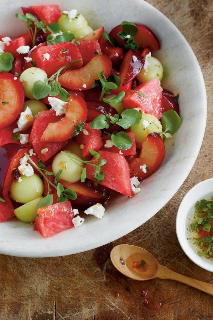 idée repas minceur, une salade de fruits maison originale de melon, prunes, pastèque et fromage feta