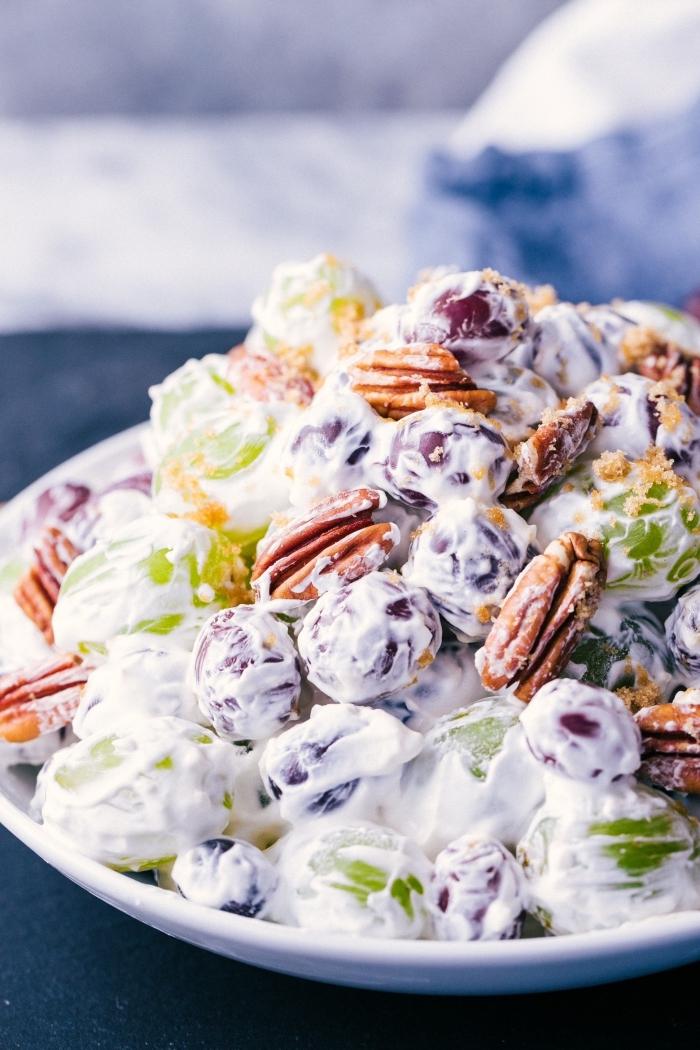 une salade de fruits originale et gourmande, de raisins et noix, à la crème fouettée, une salade crémeuse qu'on pourrait servir en dessert