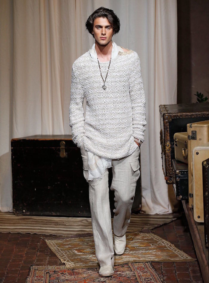 tenue bohème chic homme soirée été avec pull at pantalon cargo en lin gris