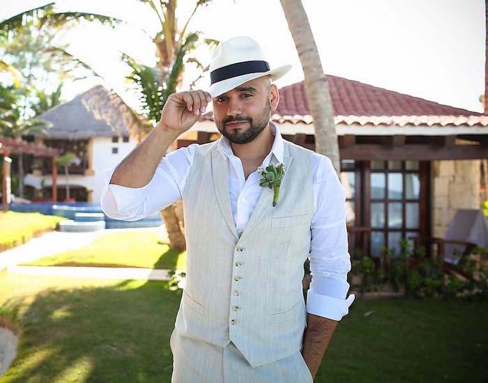 tenue pour assister à un mariage été décontracté chic avec costume beige et chapeau