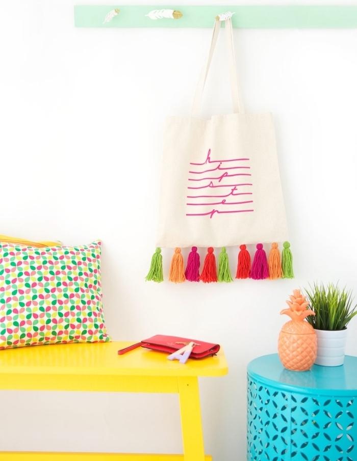 déco chambre ado avec objets personnalisés, modèle de sac à main diy avec tassels colorés, petite table ronde peinte en turquoise