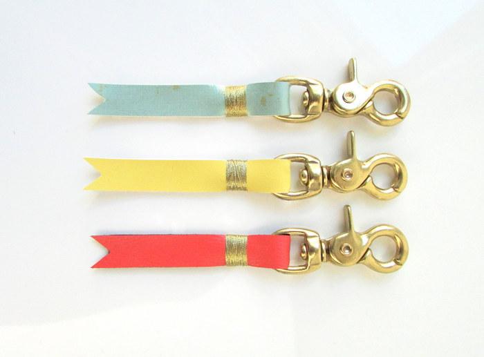 porte clé en cuir coloré décoré de cuir coloré avec un mécanisme porte clé doré, idée de cadeau d anniversaire pour sa meilleure amie