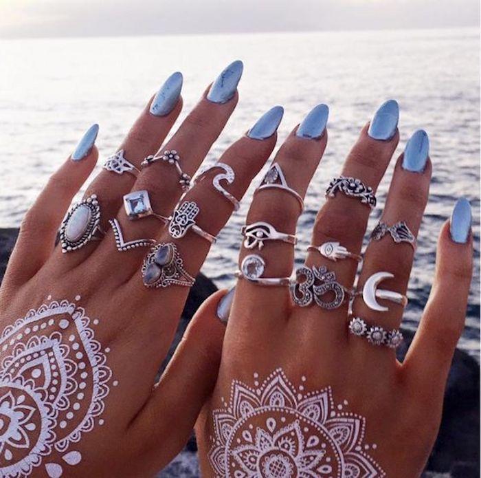 Beau modèle ongle en gel, idée manucure gel pour ongle belle, femme beauté, belles mains, bleu marine pour aller au bord de la mer, mains avec tatouage henné blanc