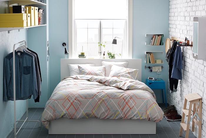 Chic déco aménagement chambre 10m2, amenagement petite chambre, confortable lit et meubles, murs bleus claires et une mur de briques blanches