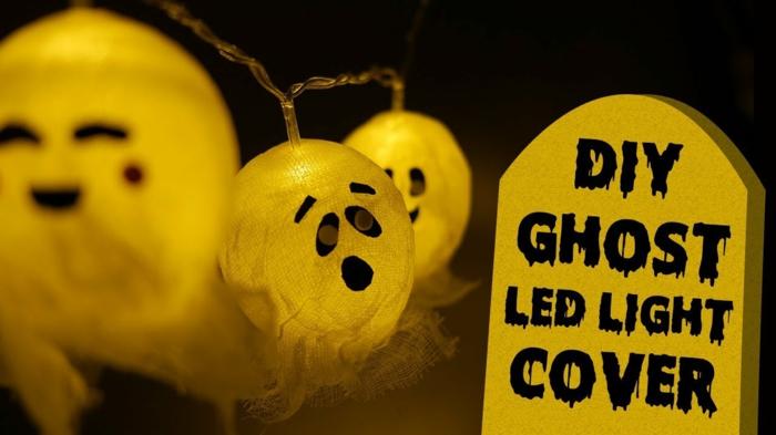 guirlande ampoule, guirlande boule coton, boules avec des yeux et des sourires dessinés avec de la peinture noire, pour imiter des fantômes pour Halloween