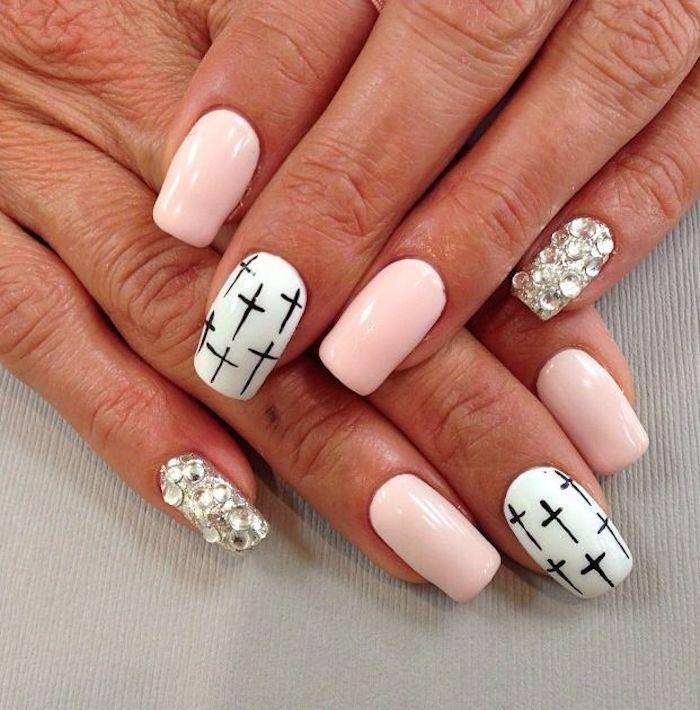 Ongle deco idée manucure blanc et rose avec croix noirs, dessin ongle, vernis tendance ete 2018 couleur actuelle