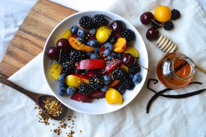 salade été detox de cerises, mûres, myrtilles et pêches, à saveur cananelle et miel
