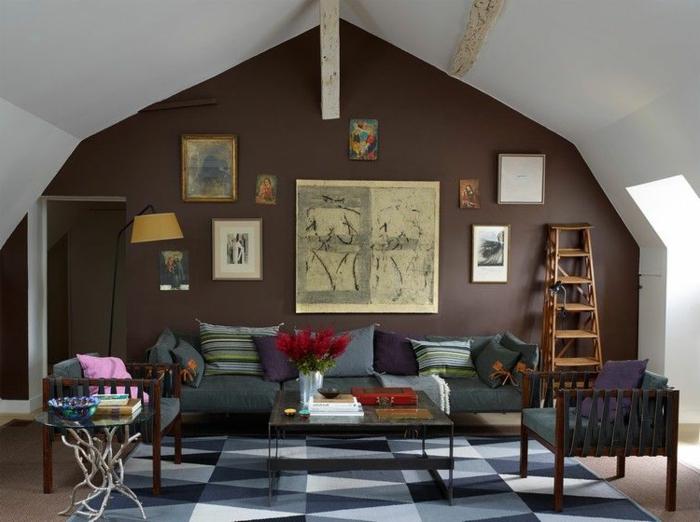séjour en wengé et gris, tapis géométrique, table basse bois et métal, chaise bois et tissu