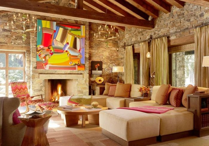 intérieur style chalet avec un grand tableau abstrait, deux chandeliers rustiques, parement mural pierre naturelle