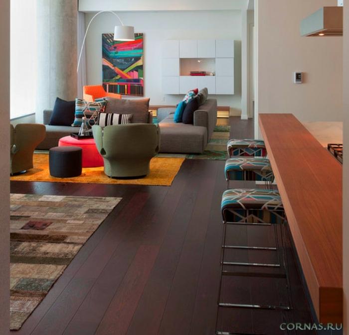 chaises modernes, tabourets de bar bariolés, tapis patchwork, tableau abstrait couleurs vives