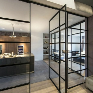 Osez la verrière industrielle de cuisine - une cloison au design transparent qui allie style et fonctionnalité