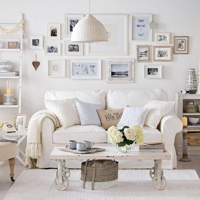 salon monochrome d'ambiance douillette et apaisante aménagé dans un style shabby chic romantique